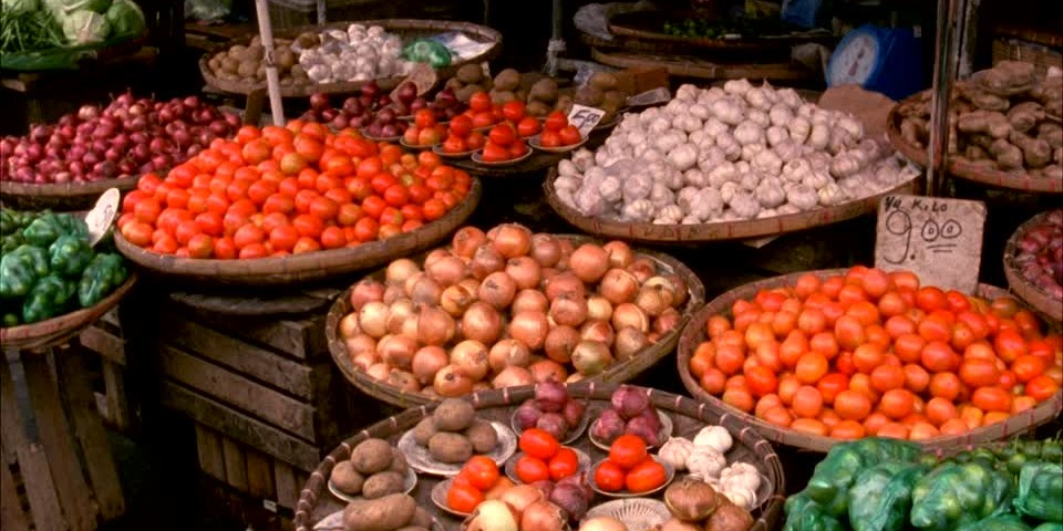 421369318-marche-de-fruits-et-legumes-stand-de-marche-etal-magasin-asie